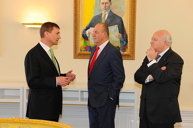 King Juan Carlos I in the middle, flanked by the Estonian PM and former Spanish Foreign Minister